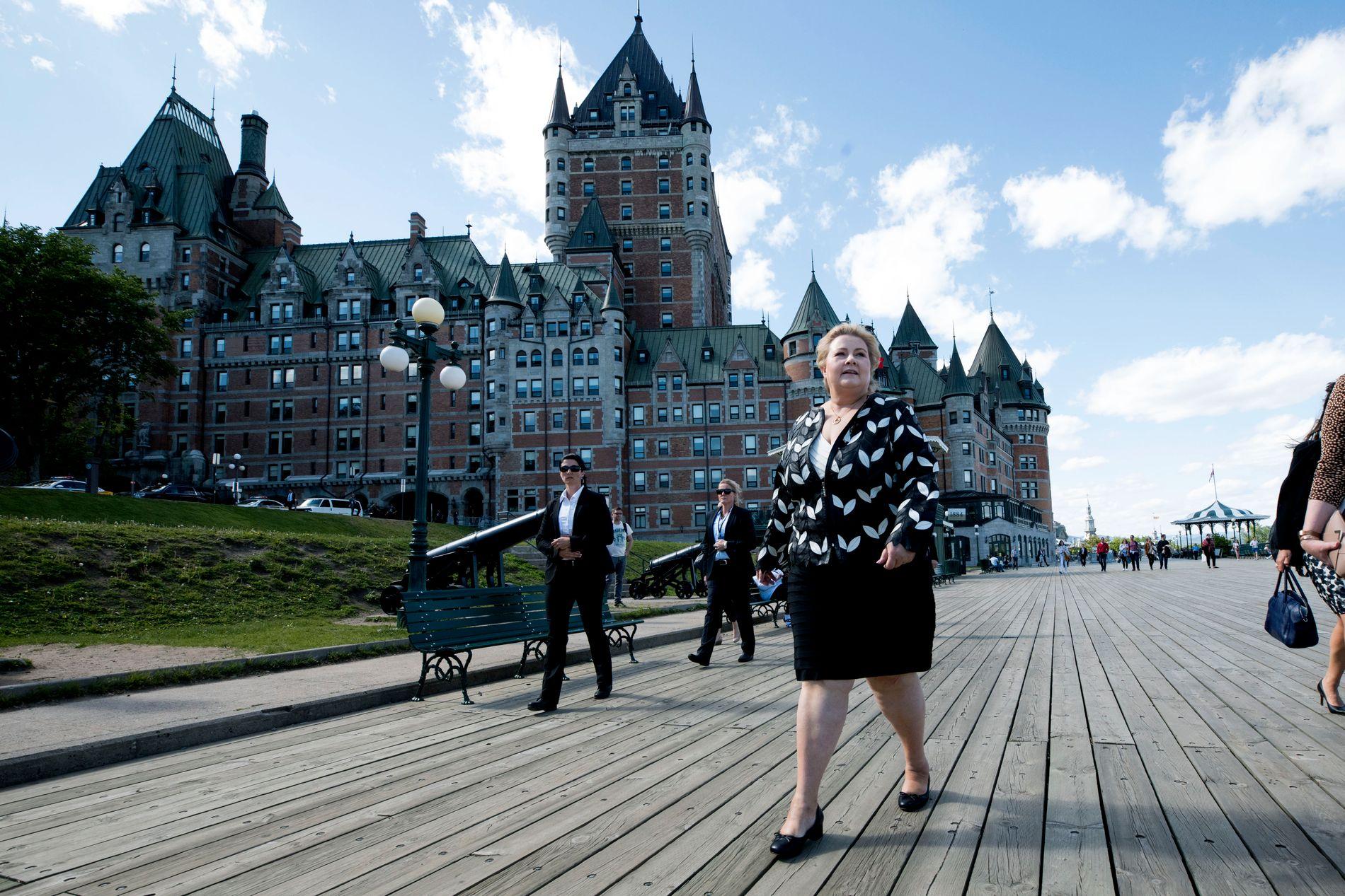 I CANADA: Erna Solberg foran hotell La Chateau Frontenac, hvor hun bor i Quebec City.