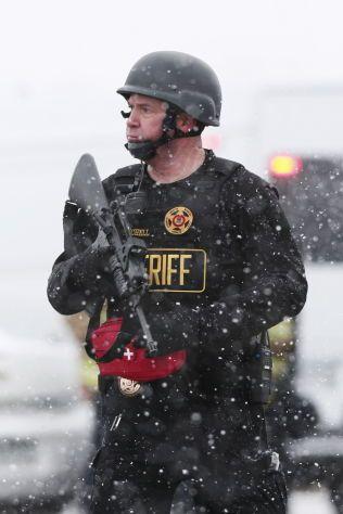 TUNGT BEVÆPNET: Minst fire politifolk er skadet i skytingen på abortklinikken. Store polititistyrker, inkludert FBI, er involvert i aksjonen for å få tatt gjerningsmannen.