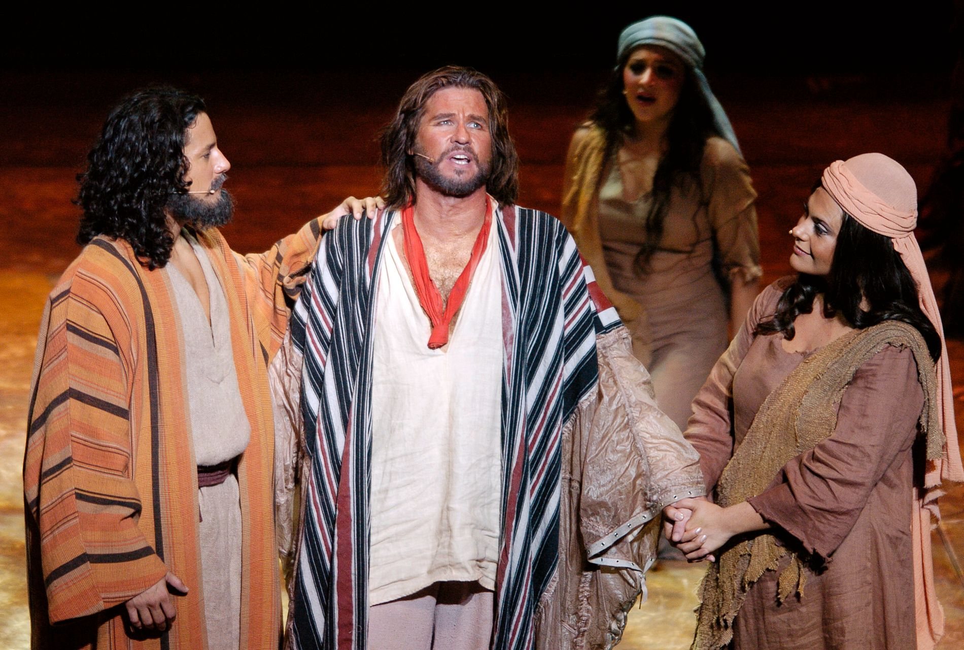 PÅ SCNENE: Val Kilmer (i midten) hadde rollen som Moses i musikalen «De ti bud» på Kodak Theatre i Hollywood i 2004.