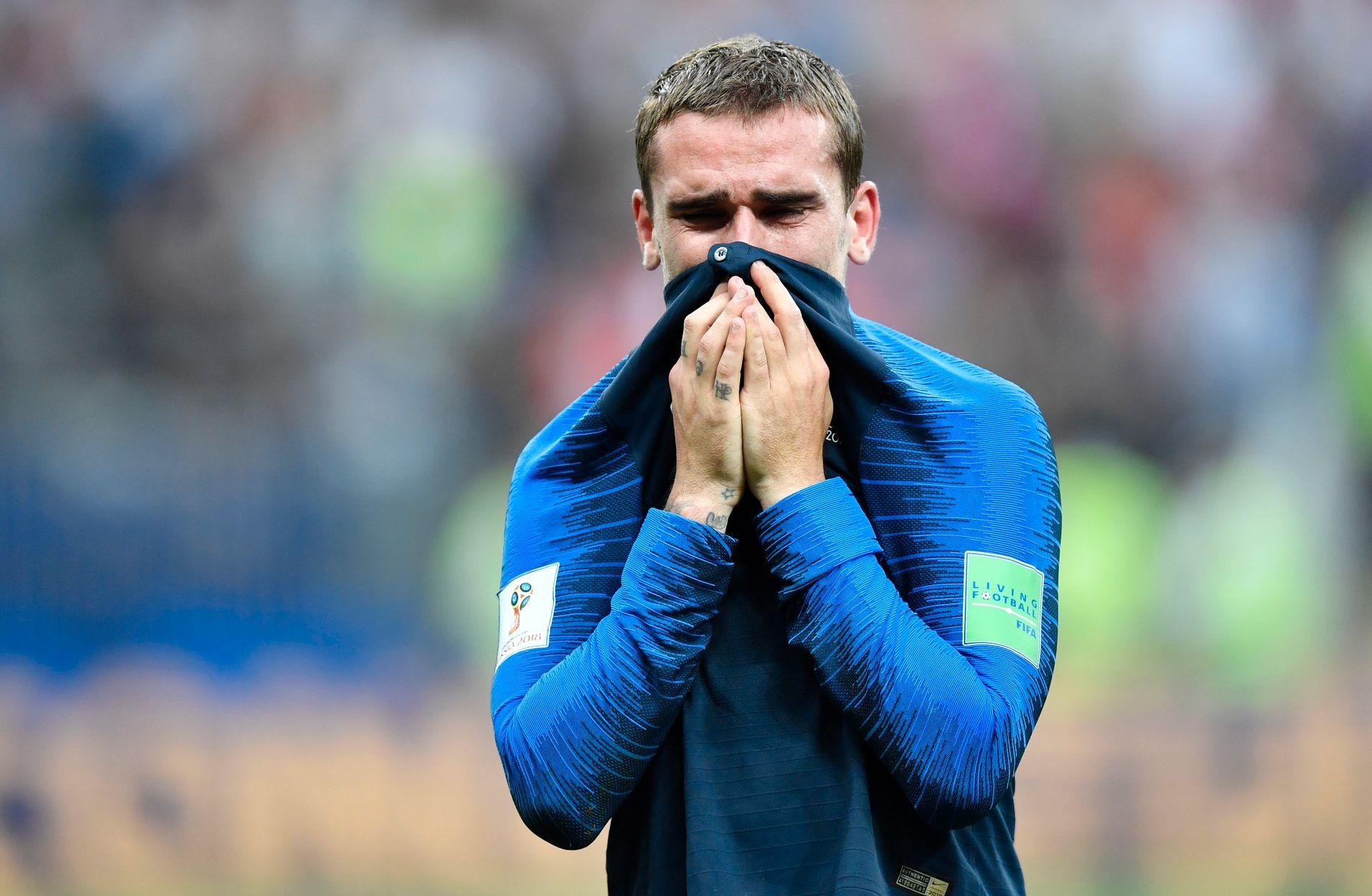 EMOSJONELT: Antoine Griezmann brøt sammen i tårer da han så familien sin på tribunen etter VM-finalen.