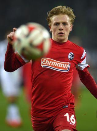 EN AV TO: Mats Møller Dæhli under Freiburg-debuten mot Borussia Mönchengladbach i Bundesliga i februar. Han rakk bare to matcher for sin nedrykksklare klubb denne sesongen.