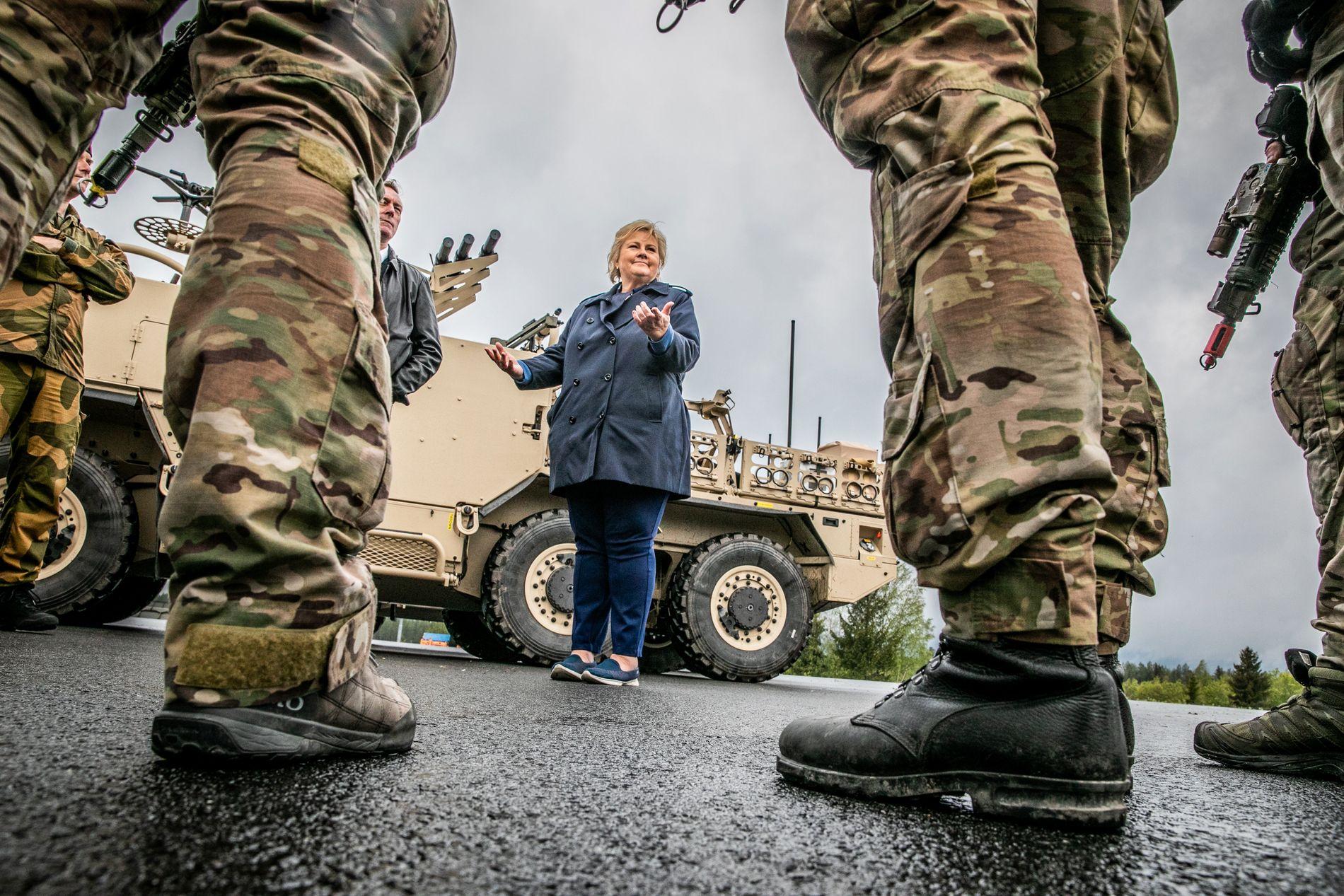 ØKER IKKE NOK: Statsminister Erna Solberg og forsvarsminister Frank Bakke-Jensen møtte soldater i Forsvarets Spesialkommando på Rena tidligere i juni.