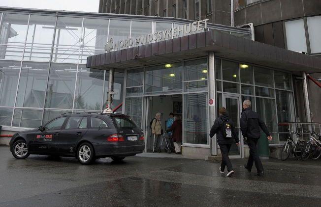 TUNGRODD: - Store deler av arbeidsdagen går med på å få fakset over journalnotater og prøvesvar. Journaler sendes med taxi. Bedre eksempeler på ineffektivitet skal man lete lenge etter i 2014, skriver kronikkforfatteren. En taxi venter utenfor Nordlandssykehuset i Bodø.