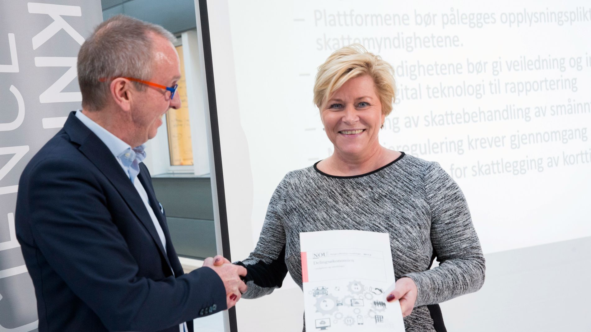 DELINGSØKONOMIUTVALGET: Utvalgsleder Tommy Staahl Gabrielsen overleverte finansminister Siv Jensen rapporten fra delingsøkonomiutvalget, som så på hvordan den nye delingsøkonomien skal brukes i Norge. nå legger Uber ned sin hovedtjeneste, i skuffelse over manglende regulering fra norske myndigheter.