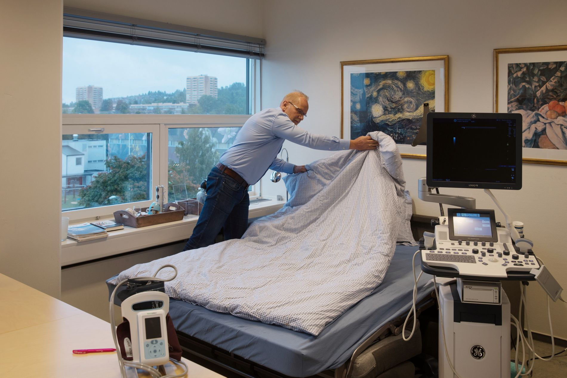 SOVER PÅ JOBBEN: Heidar Olsson på Haugerud legesenter sover av og til på kontoret for å rekke alt jobben innebærer.