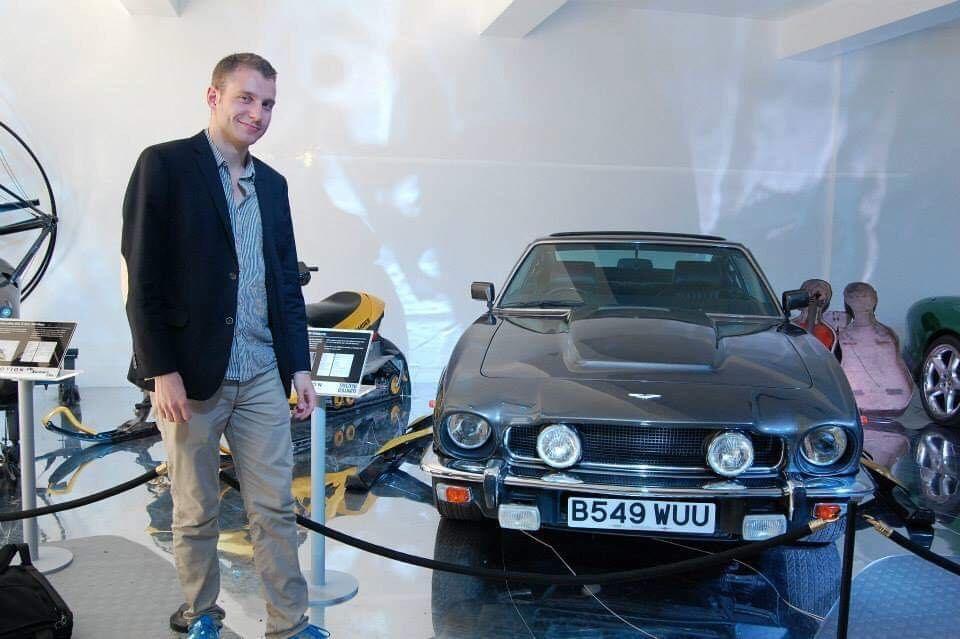 Morten Steingrimsen foran Bond-bilen fra 1987, en Aston Martin V8 Vantage Series III.