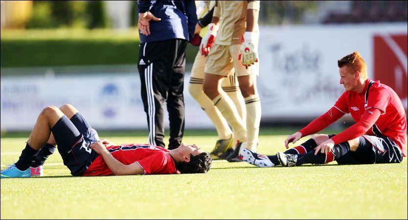 KNUST: De norske G19-gutta var knust etter beskjeden om at EM-drømmen var knust. Foto: Anders Hoven, Digitalsport