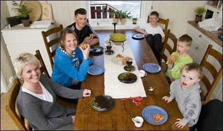 MAMMA REISER: Nina Øie (37) forlater mann Hansk Oskar Devik (39) og barna Anette (14), Ola (12), Sander (5) og Jonas (2) i juni. Foto: Geir Otto Johansen