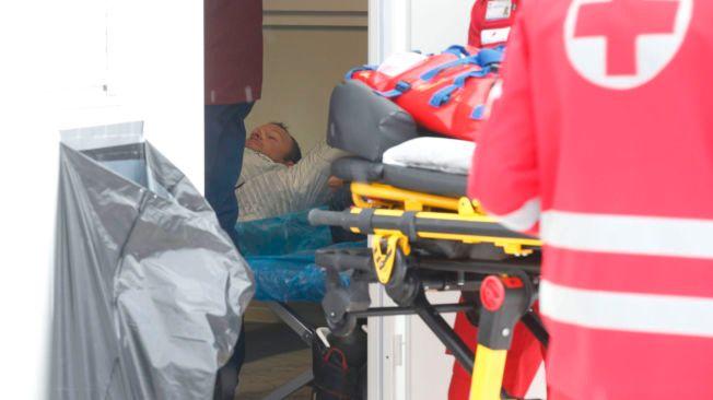 UNDERSØKES GRUNDIG: Aksel Lund Svindal får behandling inne i den lille sykestuen i Kitzbühel mens ambulansepersonell kommer til.
