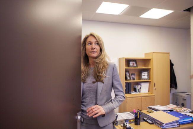 TOK «RØYKEPAUSE»: Julie Brodtkorb ville ikke være tilstede da regjeringen gjorde vedtak om nye regler for salg av røyk og snus. Her smetter hun inn til sin egen pult på Statsministerens kontor.