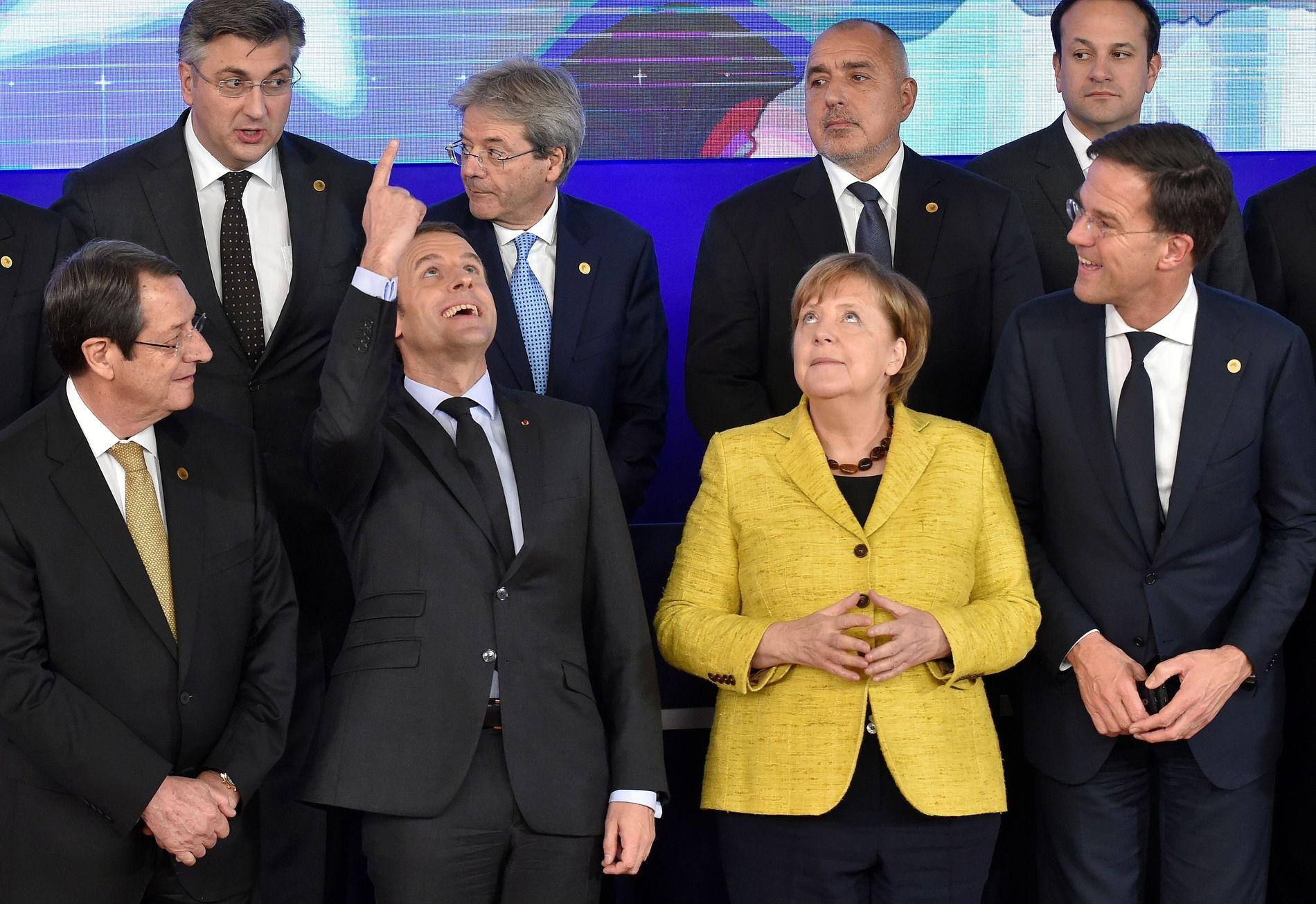 EU DA!: Stemningen så tilsynelatende god ut da EUs ledere ble avbildet sammen torsdag. Da innvandring kom på bordet, snudde imidlertid stemningen. Tysklands Angela Merkel og Frankrikes Emmanuel Macron i midten.