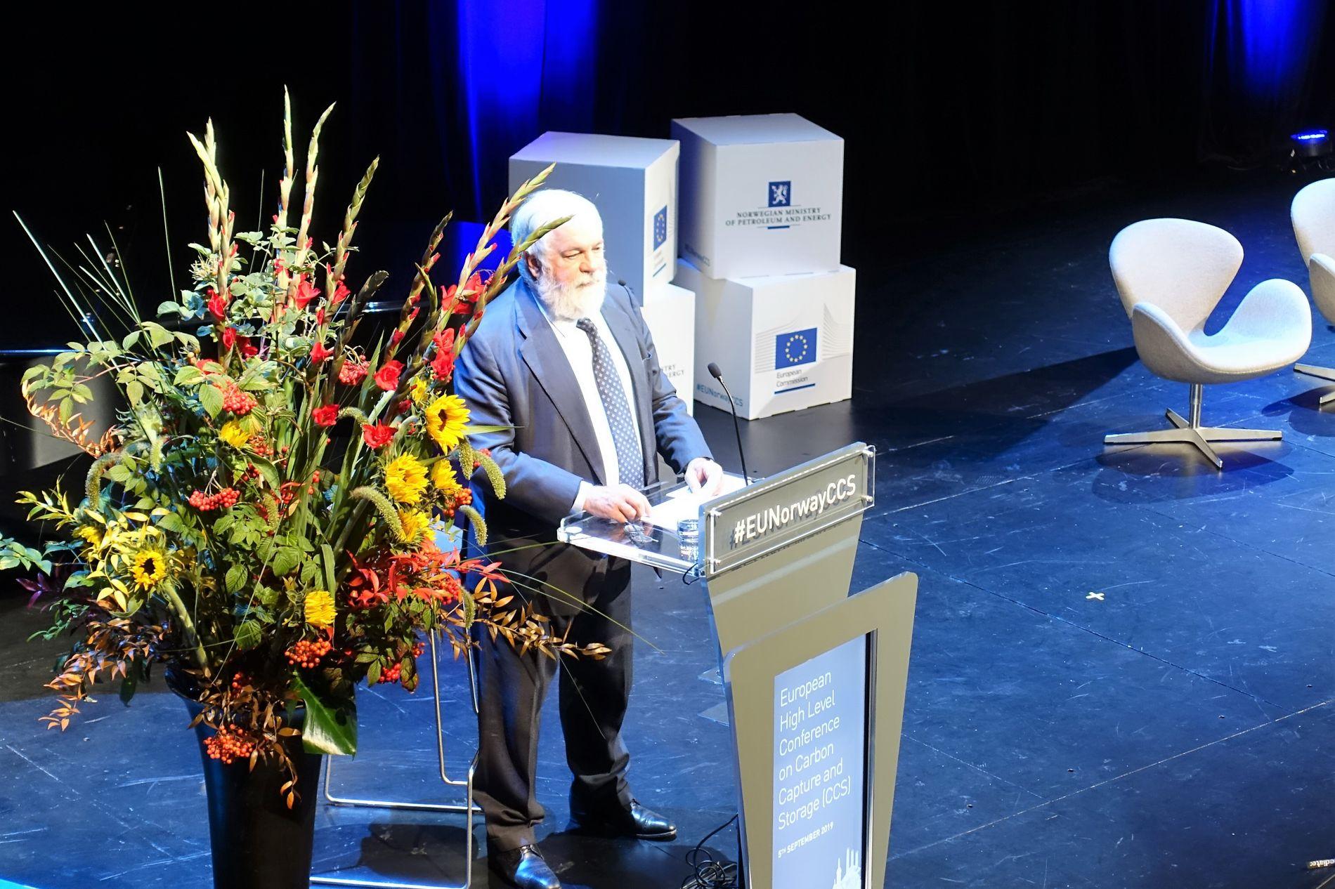 ØNSKER CO₂-LAGRING: EUs energi- og klimakommissær Miguel Arias Cañete taler i operaen.