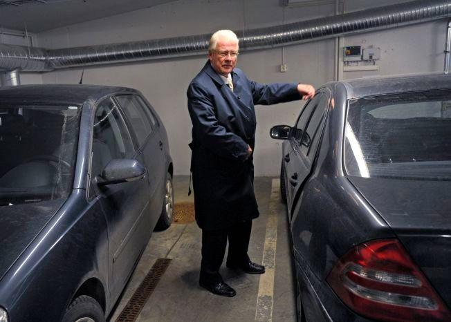 P-BRÅK: Gruppeleder for Frp i Oslo Carl I. Hagen mener byrådet bør gi fra seg parkeringsplassene her i garasjen i rådhuset. FOTO: HELGE MIKALSEN