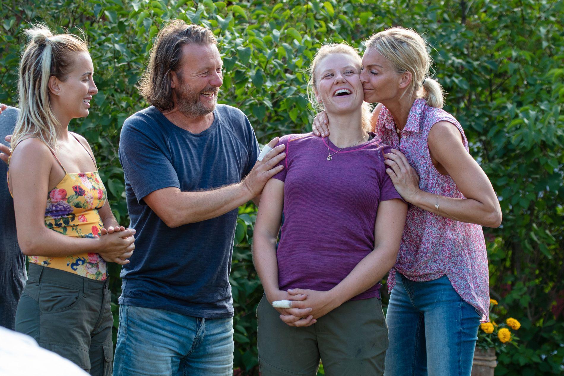 SAMMENSVEISET: Svein Østvik kom godt overens med alle på gården, her med (f.v.) Carina Dahl, Tiril Sjåstad Christiansen og Kathrine Sørland.