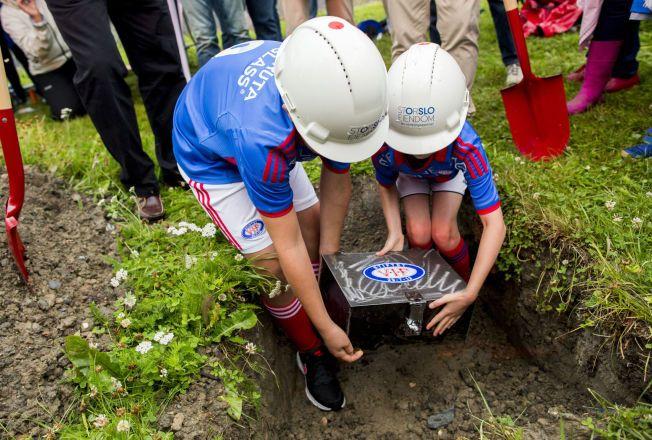 FIKK ÆREN: Magnus Eriksen Opland og Eyvor Sophie Berger (t.h.) fikk oppdraget med å legge ned VIF-grunnsteinen på Valle onsdag kveld.