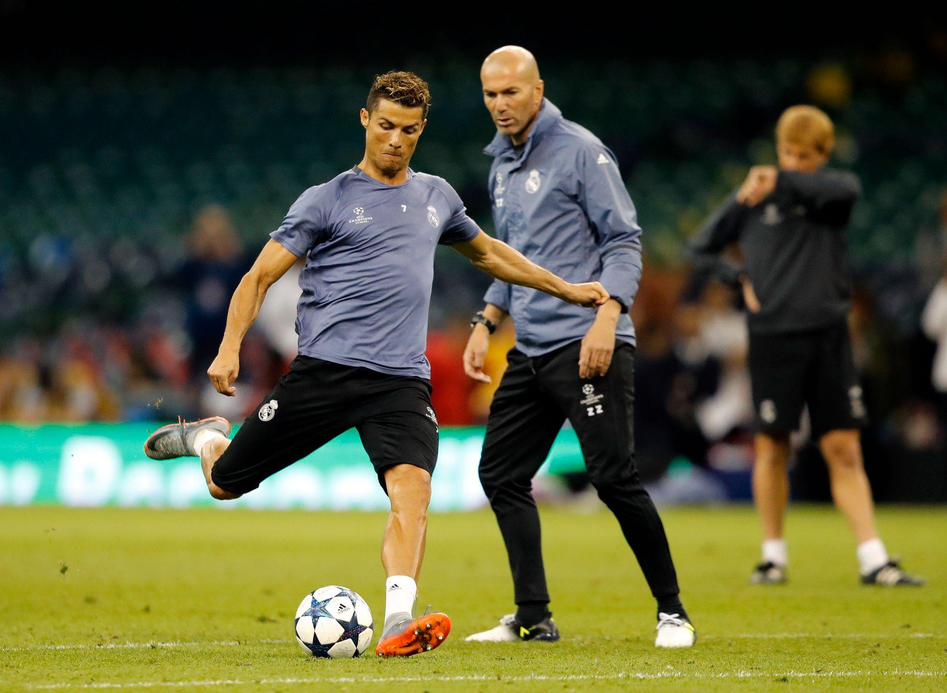 SISTE FORBEREDELSER: Trener Zinedine Zidane følger med mens Cristiano Ronaldo øver på avslutninger på finalearenaen Millennium Stadium i går.