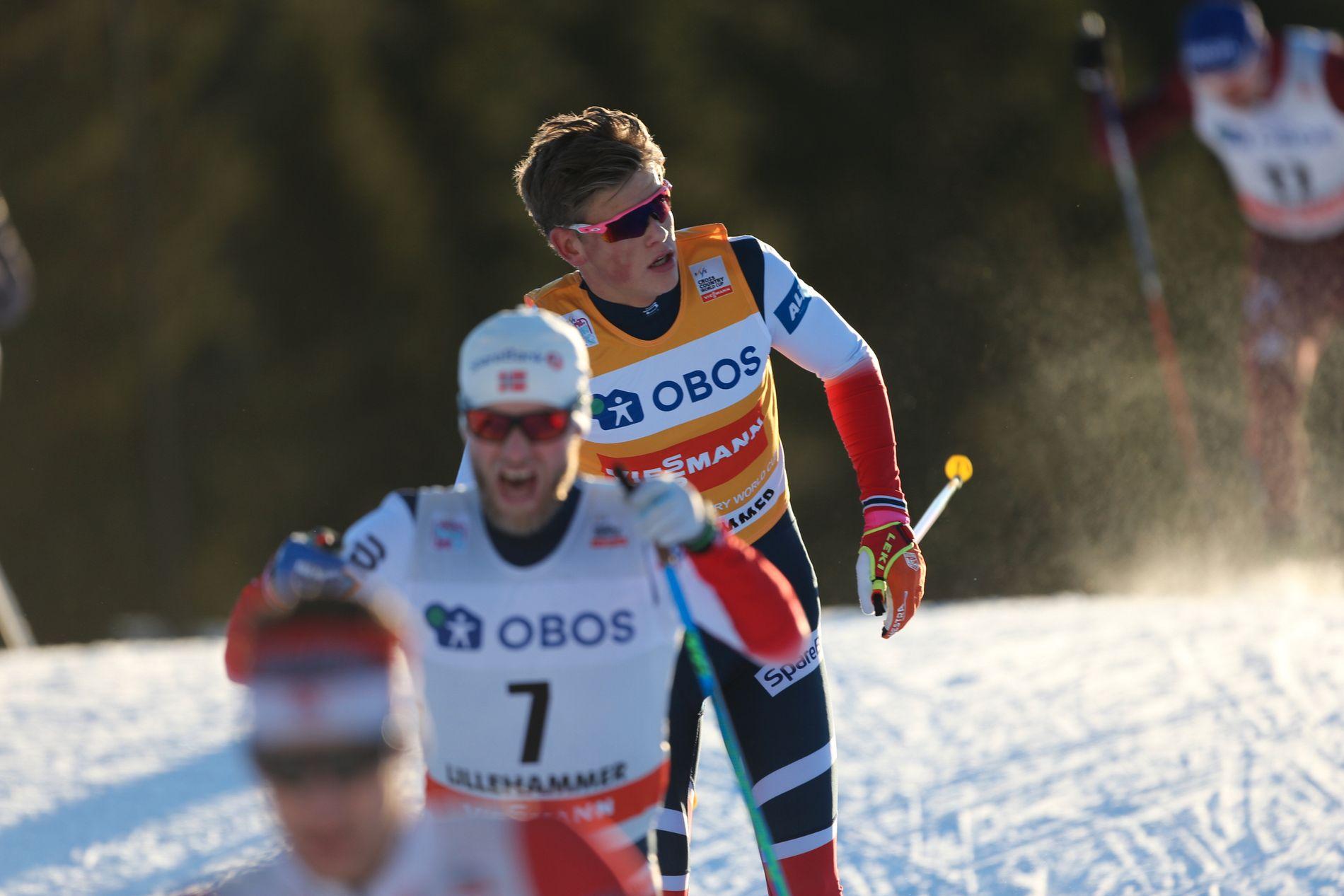 Johannes Høsflot Klæbo like bak Martin Johnsrud Sundby under tremila på Lillehammer i desember 2017.