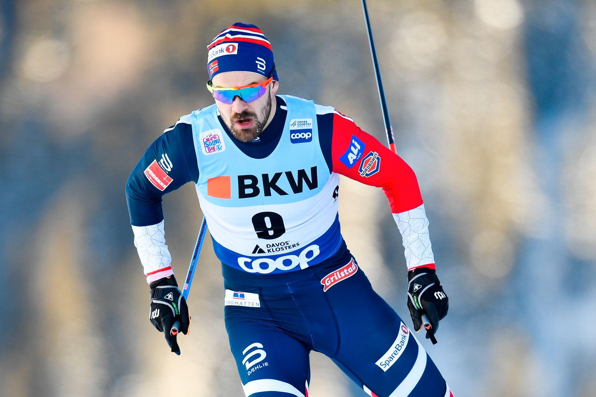 LANDSLAGSLØPER: Sondre Turvoll Fossli står med en verdenscupseier i sprint fra Ruka i Finland i 2015.