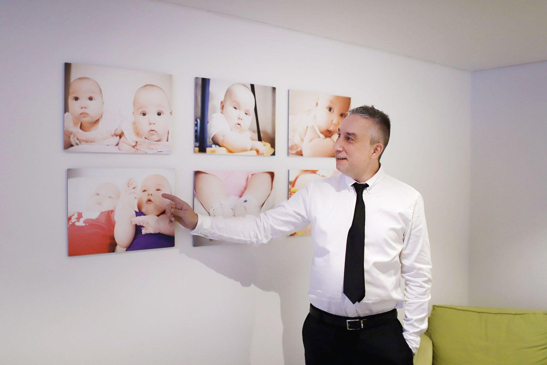 BYGGER PÅ EGNE OPPLEVELSER: Eduardo Afonso fikk barna Zelda og Esther med thailandsk surrogat i 2014. Nylig utvidet firmaet Tammuz Nordic til Norge. Her viser han frem bilder av barna på det lille kontoret på Södermalm i Stockholm.