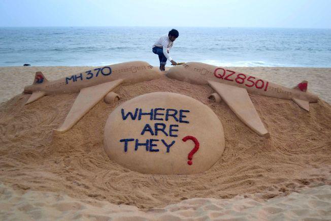 STORE TRAGEDIER: AirAsia-flyet er ikke den første flytragedien som har rammet regionen dette året. Tidligere i år forsvant et Malaysian Airlines-fly med flere hundre passasjerer om bord. Den indiske sandkunstneren Sudarsan Pattnik laget en sandskulptur etter at forsvinningen av AirAsia-flyet ble kjent.