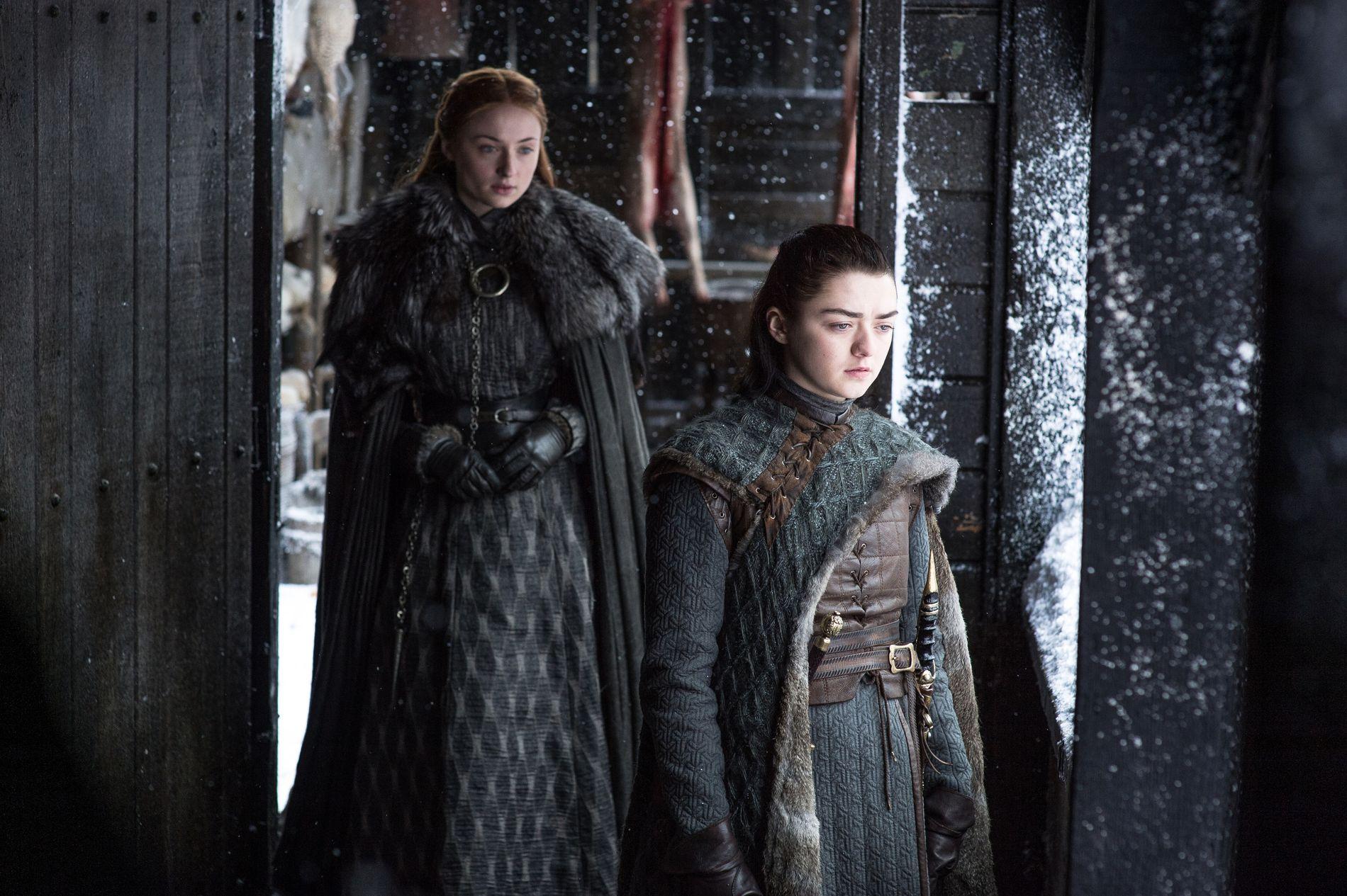 FREMTREDENDE KARAKTER: Dette bildet av Sophie Turner som Sansa Stark og Maisie Williams som Arya er hentet fra den sjette episoden i sesong sju av «Game of Thrones».