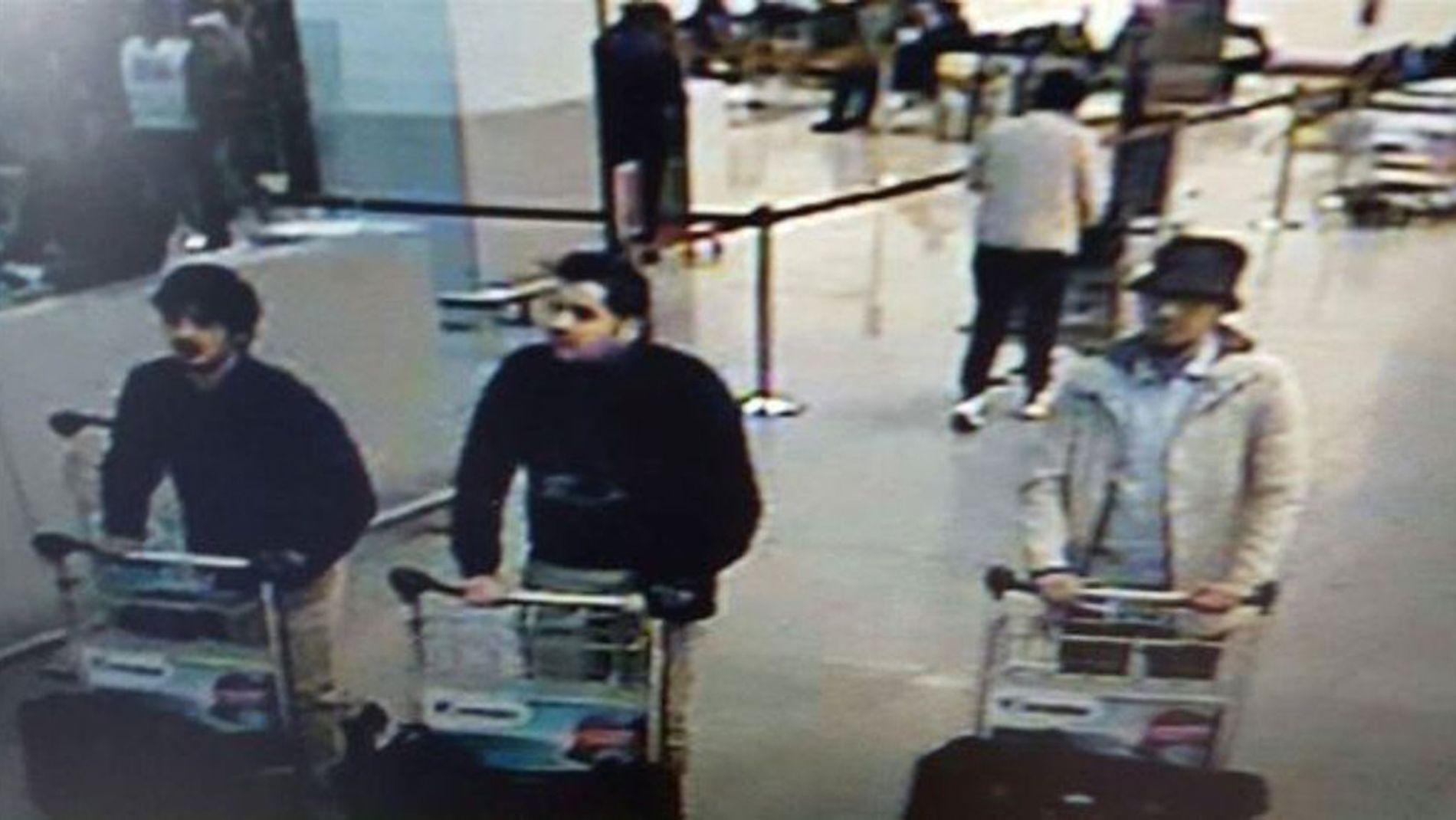 OVERVÅKNINGSBILDE: Dette bildet viser ifølge belgisk politi mennene bak flyplassbombene. De to til venstre skal ha sprengt seg selv i luften, mens mannen til høyre skal ha kommet seg unna.