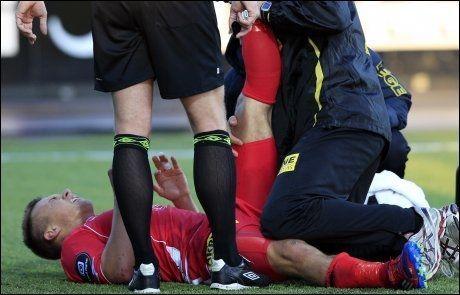 SKADET: Fredrik Gulbrandsen måtte forlate banen med en skade etter bare 12 minutter. Foto: Scanpix