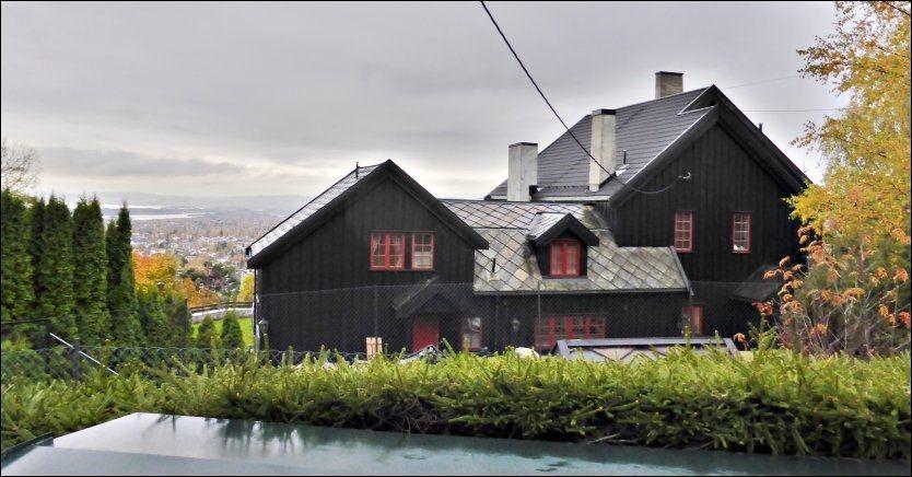 UTSIKT OVER HELE BYEN: Kulturminister Thorhild Widvey bor i dette huset i Holmenkollen. FOTO: ROGER NEUMANN/VG.