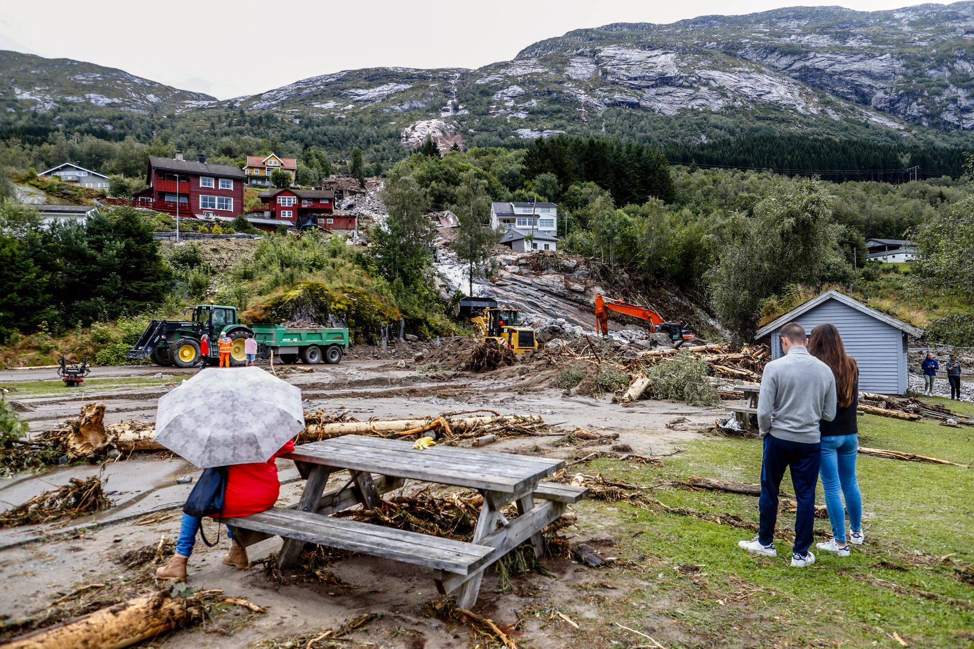 JORDKAOS: Ekspertene sier det vil ta lang tid før sårene er leget i Jølster etter jordrasene som rammet bygda tirsdag.