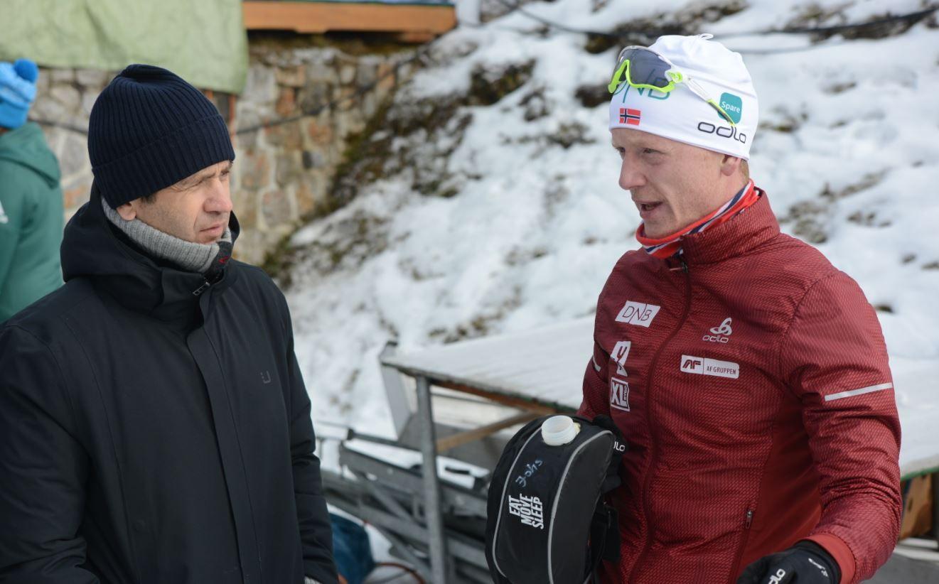 HADDE LITT Å PRATE OM: Johannes Thingnes Bø (t.h.) tok en prat med TV 2-ekspert Ole Einar Bjørdalen etter å ha gått inn til 7. plass i verdenscupstarten.
