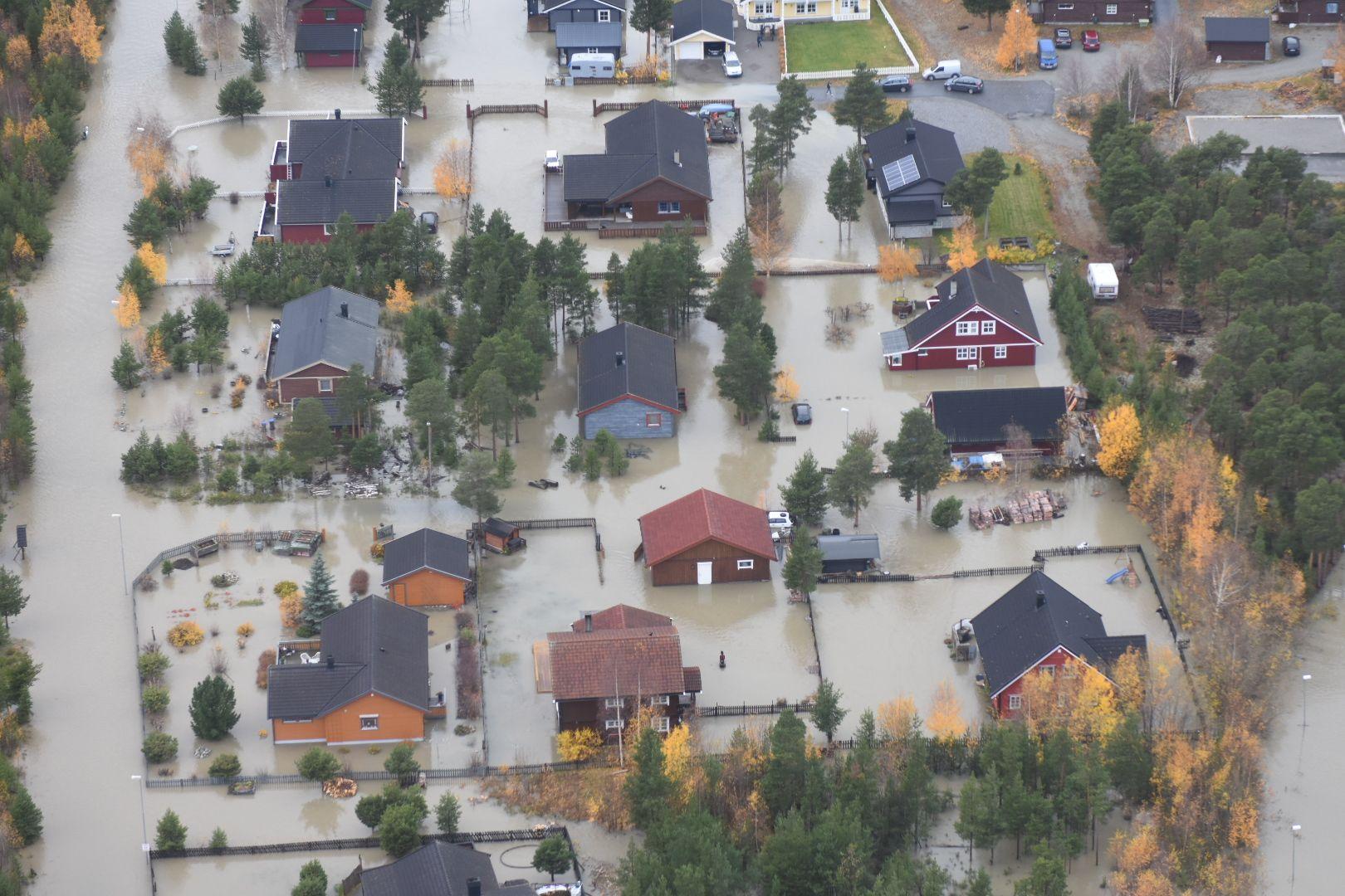 OVERSVØMT: Deler av Bismo lå under vann søndag og mandag.
