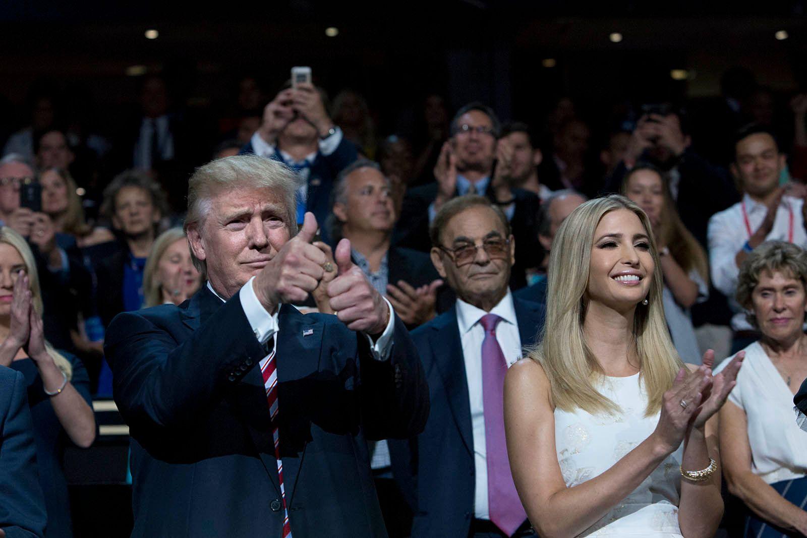 TOMMEL OPP: Donald Trump satt i salen under Cruz' tale. Han ga tommelen opp til publikum da de buet Texas-senatoren ut av scenen. Ved siden av sitter datteren Ivanka.