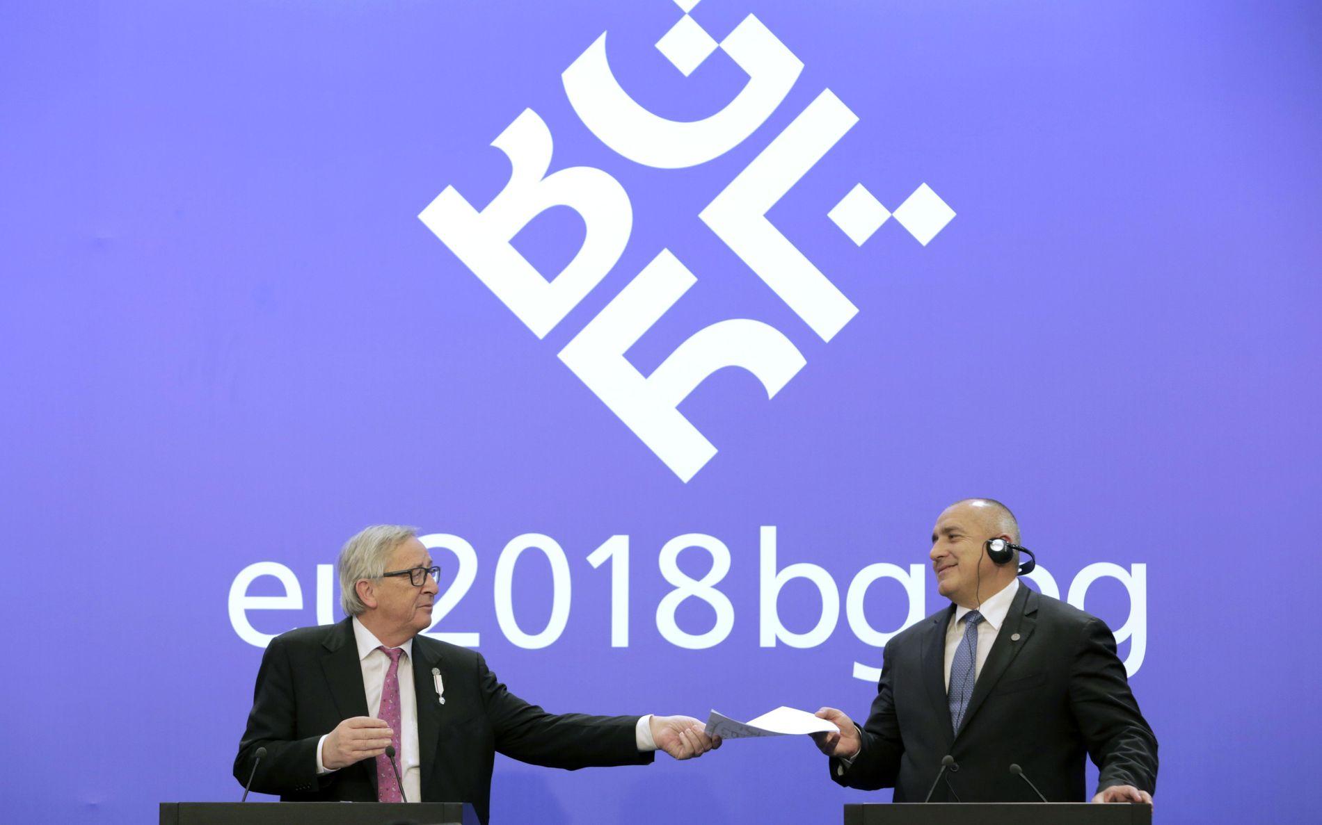 VIL PRIORITERE VEST-BALKAN: EU-kommisjonens president Jean-Claude Juncker (t.v.) sammen med Bulgarias statsminister Bojko Borisov i Sofia fredag. De to har varslet at de dette halvåret vil gi høy prioritet til samtalene med land på Vest-Balkan. Foto: Valentina Petrova / AP / NTB scanpix