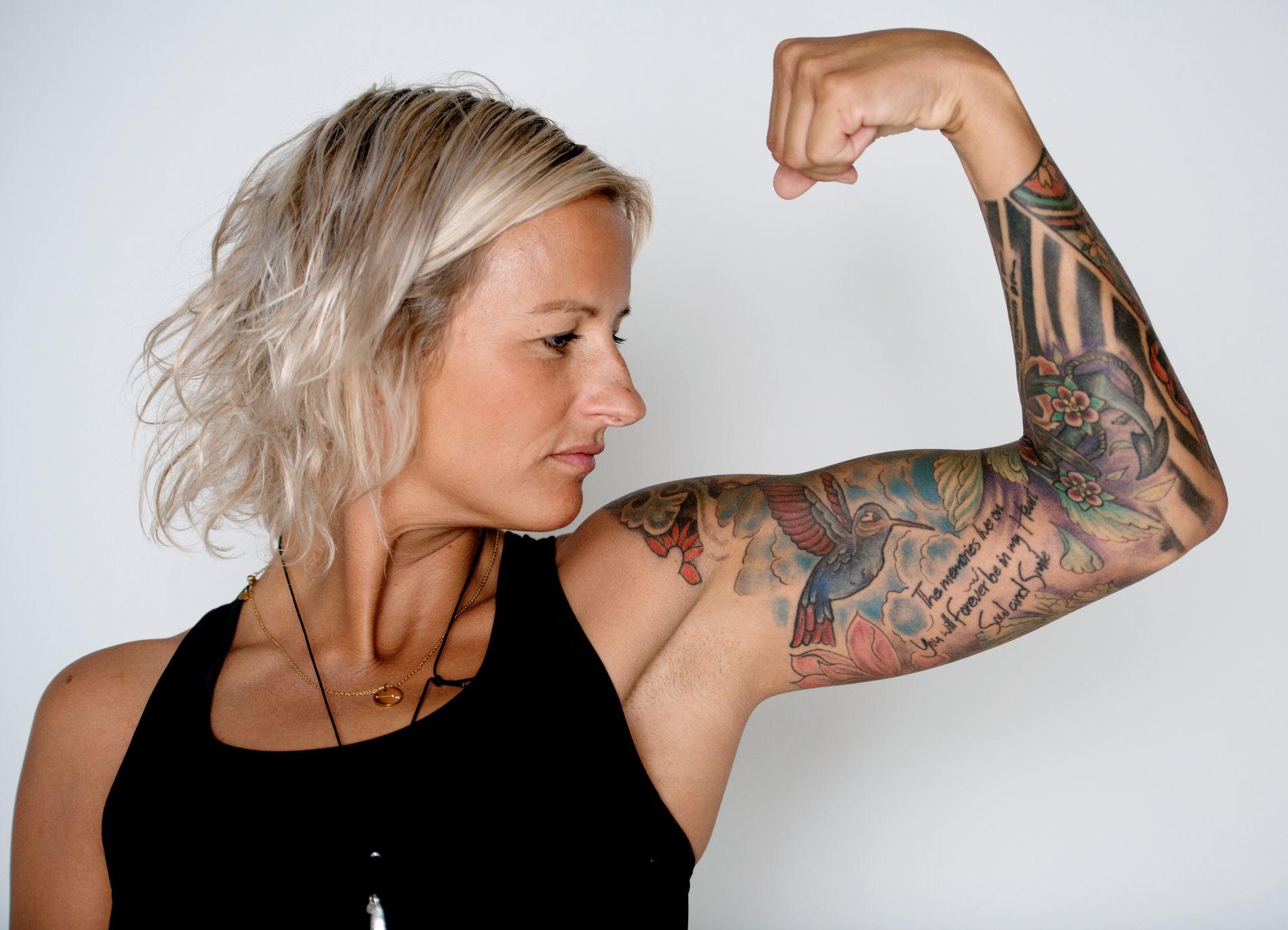 TØFFING: Vibeke Skofterud fortalte gjerne åpent egne om styrker og svakheter, i liv som var hektisk og preget av oppturer og nedturer. Bildet er fra da hun ble intervjuet av VG Helg i mai, hvor hun viste frem egne tatoveringer.