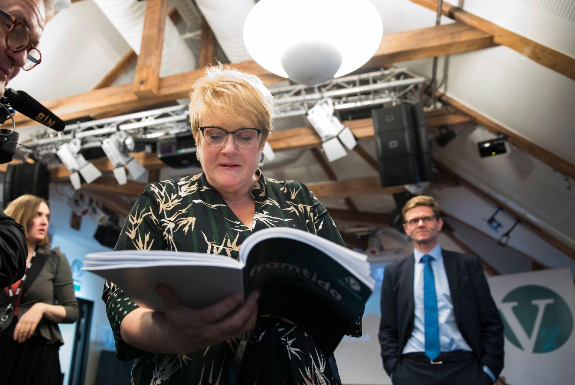 VENSTRES ALTERNATIV: Venstre-leder Trine Skei Grande og nestleder Terje Breivik (til høyre) har  mandag presentert partiets krav til budsjettforhandlingene med regjeringspartiene.