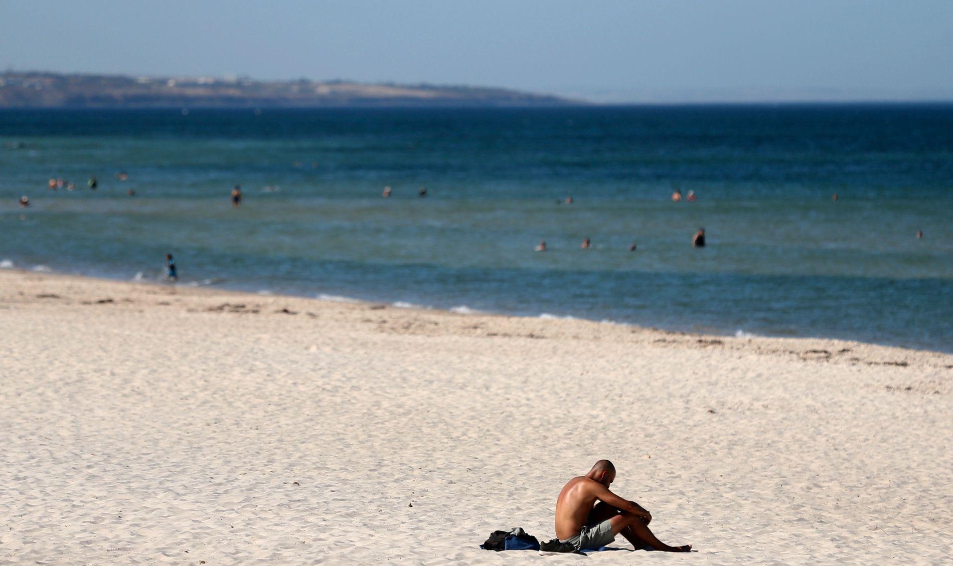 HETEBØLGE: Det er for tiden hetebølge i Australia, her fra Glenelg Beach i Adelaide torsdag, der det var lite avkjøling å finne i 46,6 varmegrader. Det går mot landets varmeste januar.