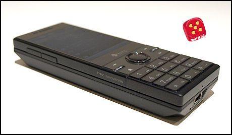 HTC S740 er en ganske tykk telefon som er utstyrt med et utskyvbart fulltastatur. Foto: Christian Buvik