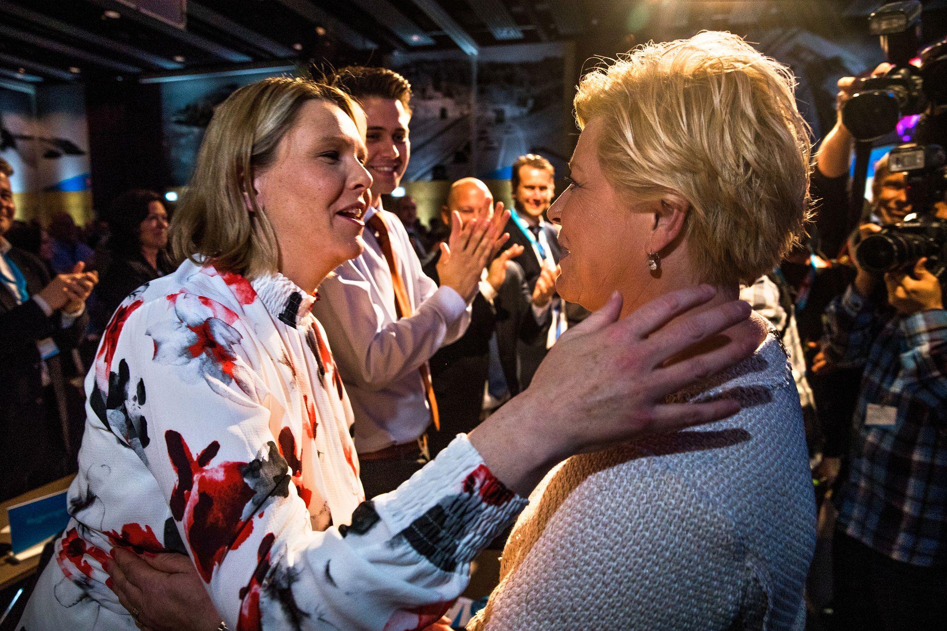 MER POPULÆR ENN SJEFEN: Etter sin tale til landsmøtet gikk Siv Jensen rett ned til Sylvi Listhaug og ga henne en klem.