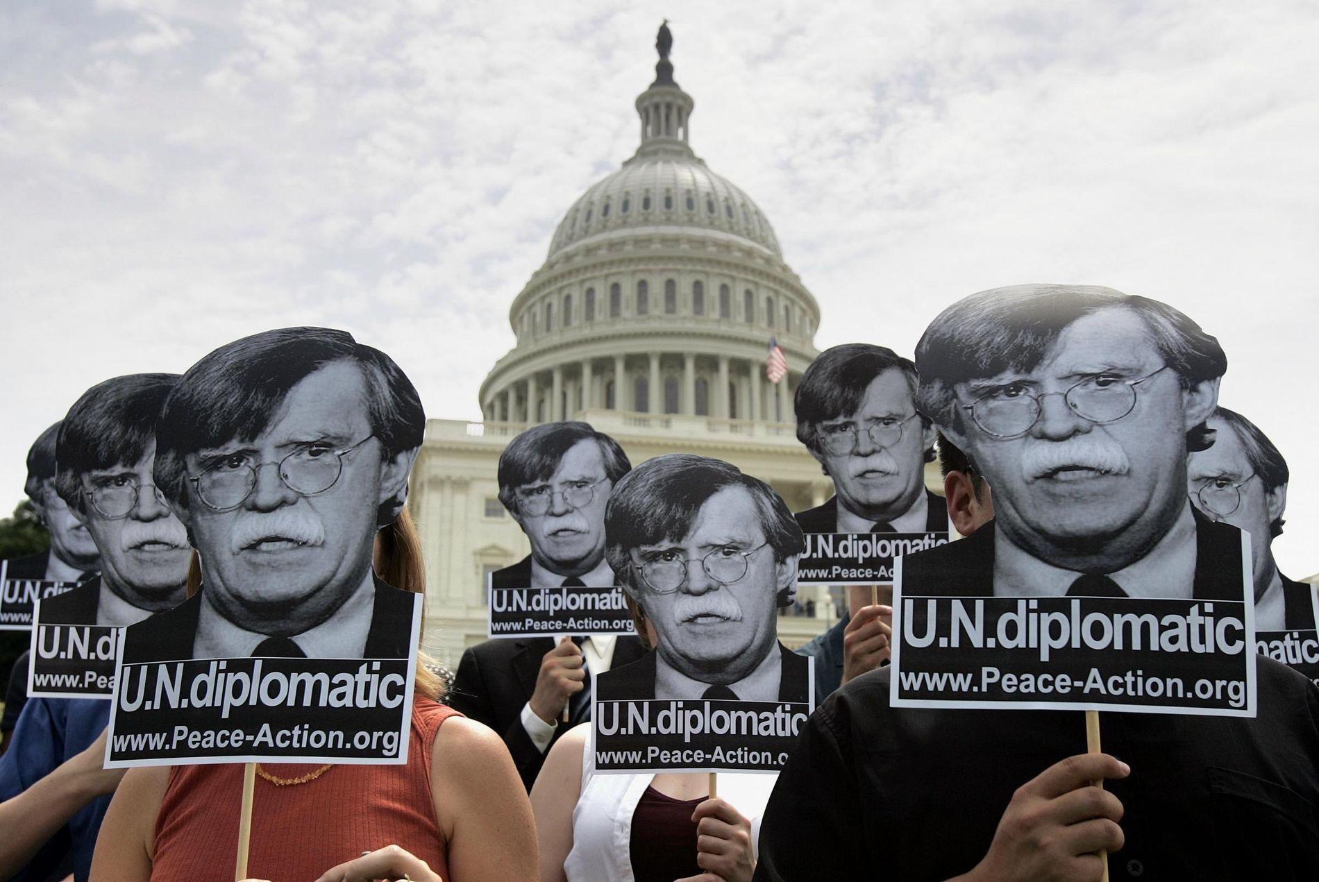 PROTESTER: Flere demonstrerte utenfor Capitol Hill mot at John Bolten skulle bli USAs FN-ambassadør i 2005.