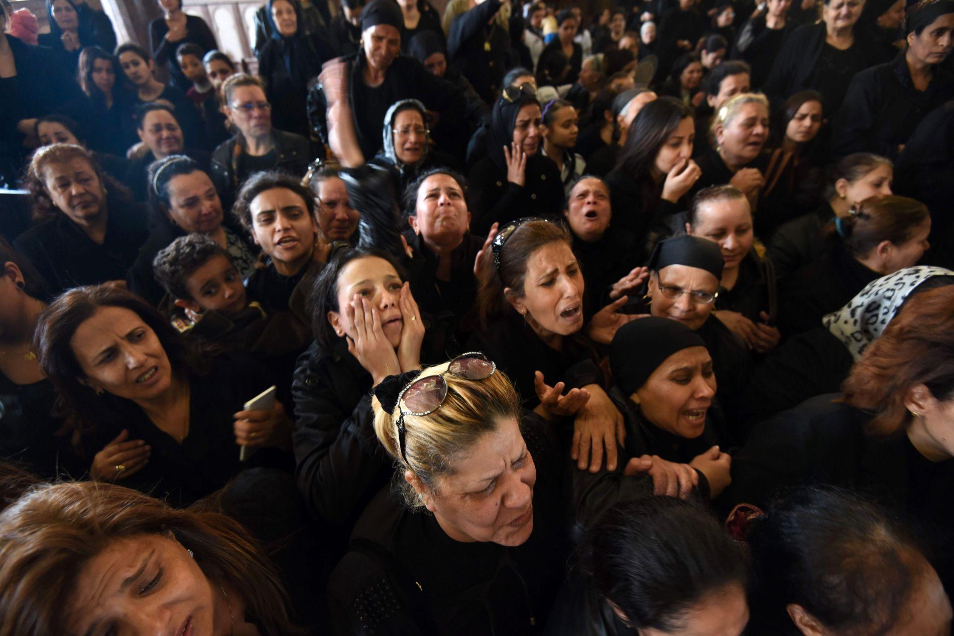 SØRGER: Kvinner sørger for ofrene som mistet livet i terroarangrepet ved St. Mark-kirken i Alexandria palmesøndag.