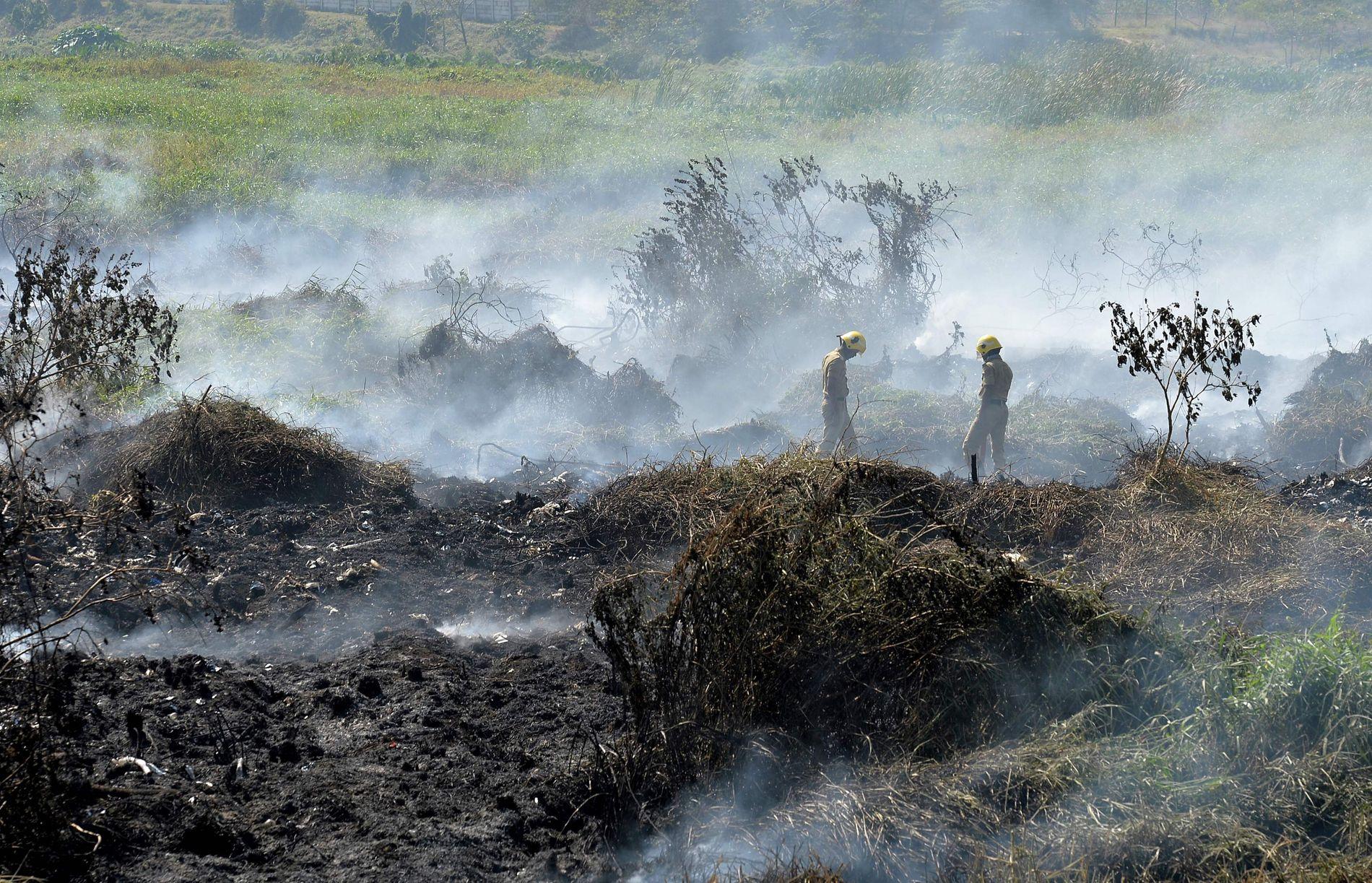 INNSJØ I BRANN: Indisk brannmannskap jobber med å slukke brannen på den forurensede innsjøen Bellandur.