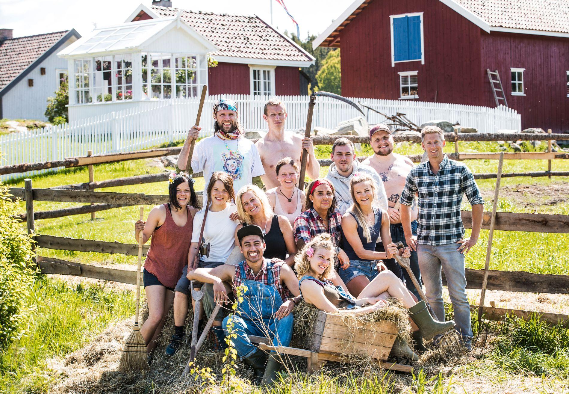 KONKURRENTER: Denne gjengen flyttet inn på «Farmen kjendis»-gården i Halden for to uker siden.