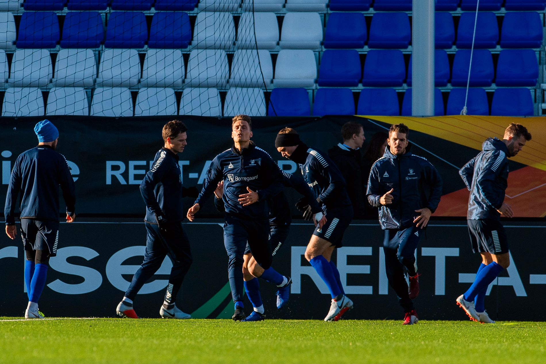 FRONTLØPER: Sarpsborg trener på hjemmebanen dagen før møtet med Malmö i Europa League, og Kristoffer Zachariassen er som vanlig i bevegelse. Bak Jørgen Horn (til venstre), Joonas Tamm, Joachim Thomassen og Patrick Mortensen.