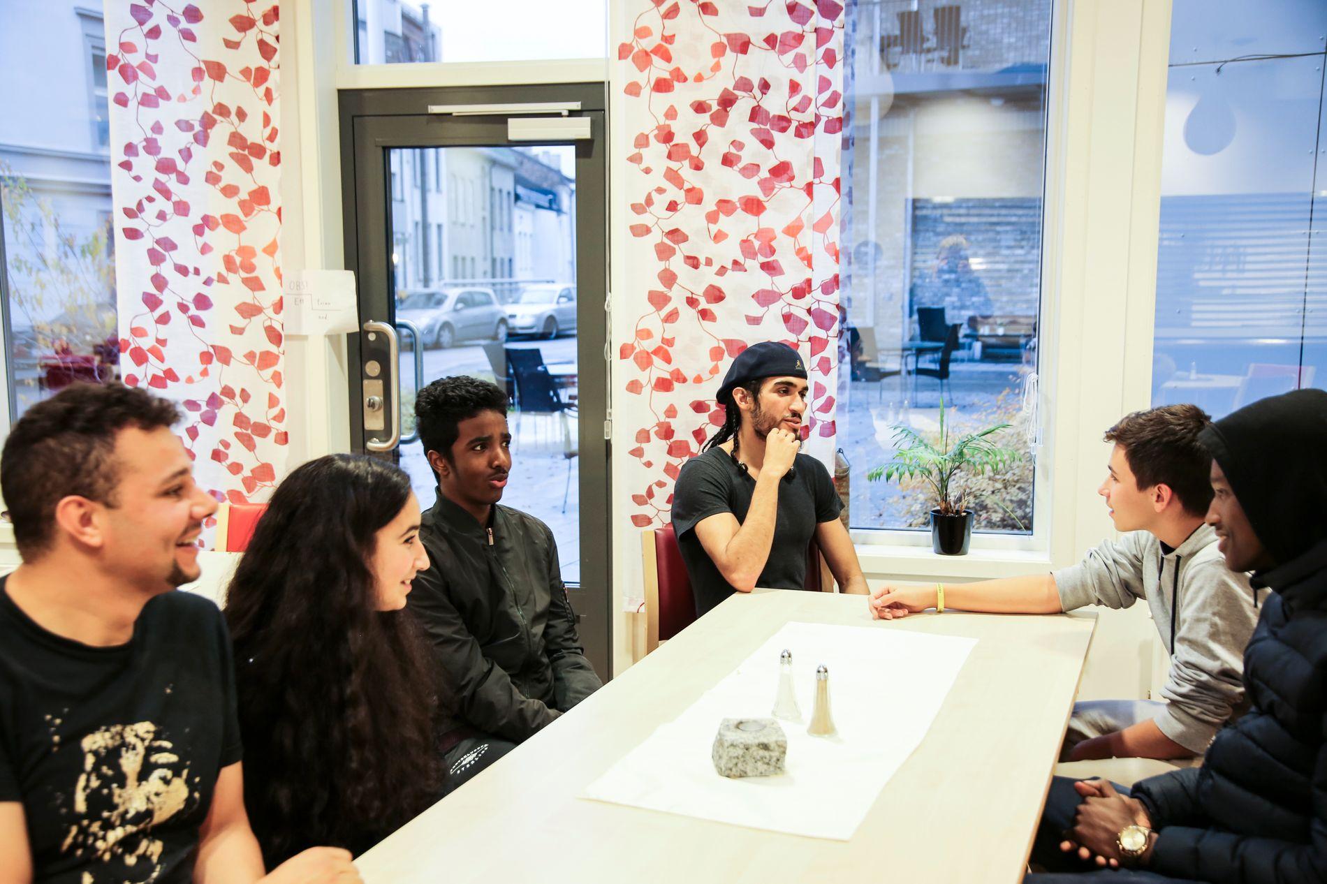 PLANLEGGING: Før de setter igang med arbeidet , planlegger Ungdomsverkstedet hvordan de skal gjennomføre aktivitetene best mulig. Fra venstre: Muhammed Elfstrøm (28), Salwa Talhioui (15), Nur Ahmed (15), Tahar El Montaser (20), Batuhan Berber (14), og Abdi Ahmed (14).