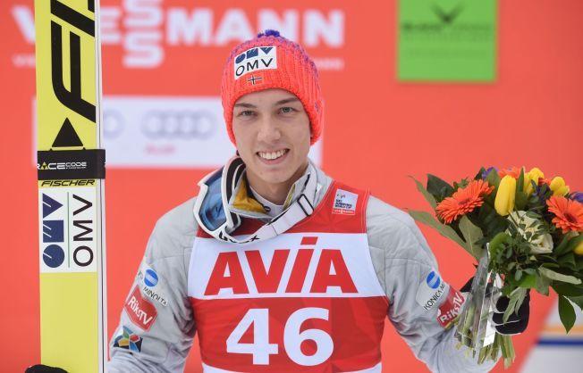 DRITBRA DEAL: Johann André Forfang tok sin første verdenscupseier etter flere andreplasser og mye stang ut. Her har han mottatt blomster i Titisee-Neustadt.