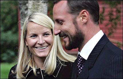 - STIV OG MODERNE: Kronprinsesse Mette-Marit beskrives som stiv og lite spontan, mens Haakon får skryt. Foto: Hallgeir Vågenes