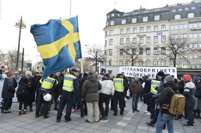HØYREEKSTREM BEVEGELSE: Initiativet «Folkets Demonstration» skal ha angrepet antirasister på Norrmalmstorg i Stocholm lørdag ettermiddag.