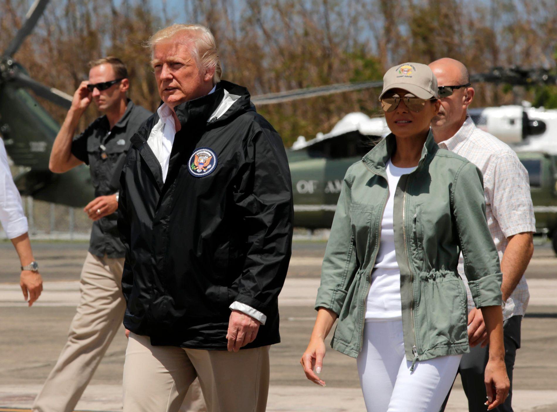 NOK NÅ: President Donald Trump og førstedame Melania Trump ankommer hovedstaden San Juan etter orkanen Maria. Nå truer Trump med å kutte hjelpen til Puerto Rico.