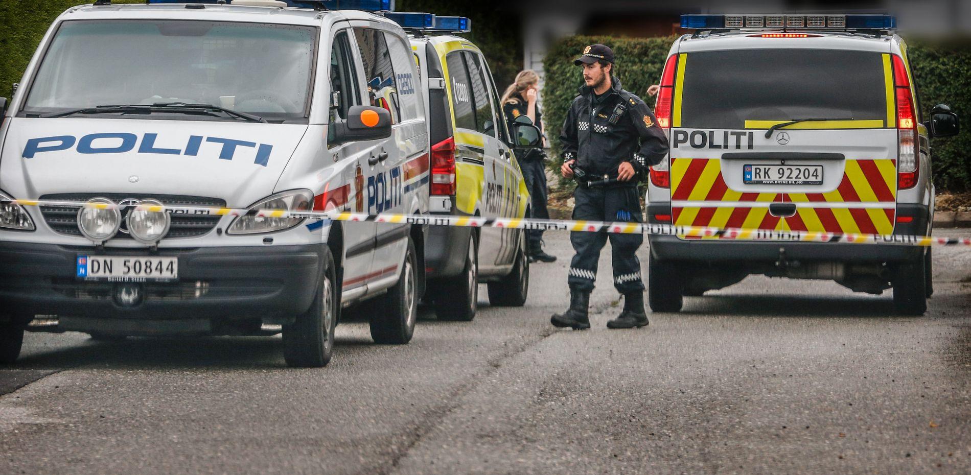 Politiet er på siktedes bolig med minst tre patruljer tirsdag formiddag.