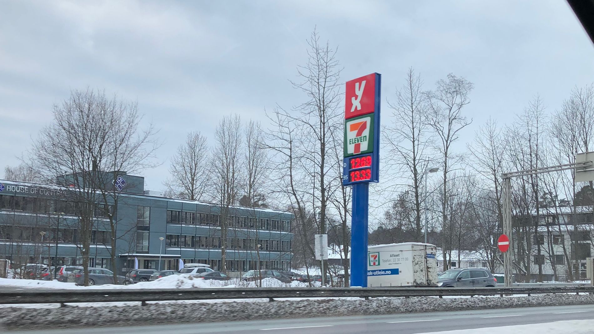 13-TALLET: Ved denne bensinstasjon på Høvik var bensinprisen nede på 13 kroner literen torsdag morgen.